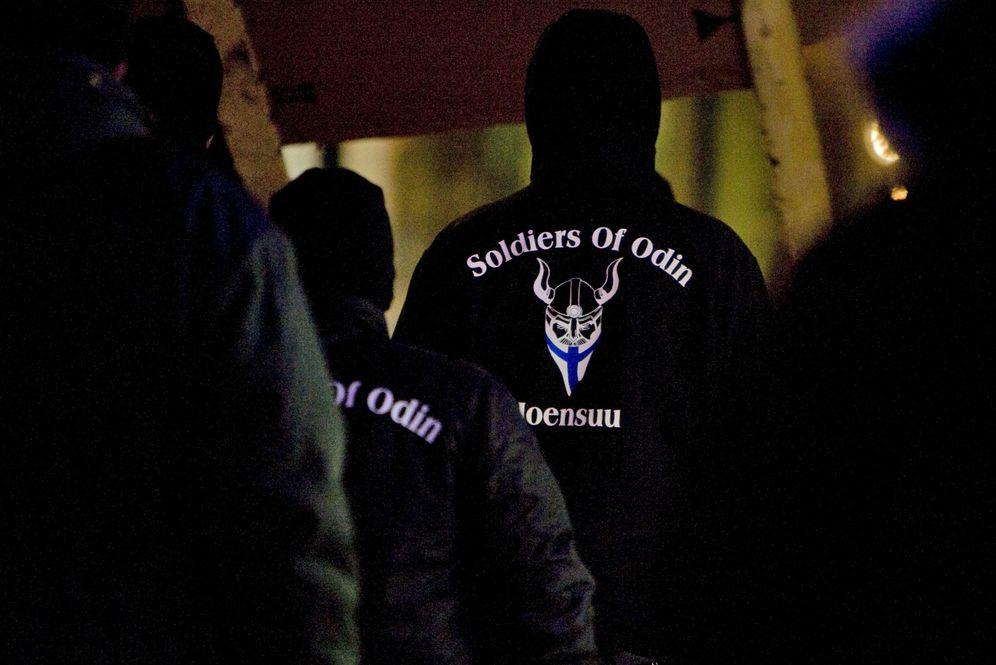 Foto: Miembros del grupo Soldados de Odín se manifiestan en Joensuu, al este de Finlandia, el 8 de enero de 2016. (Reuters)