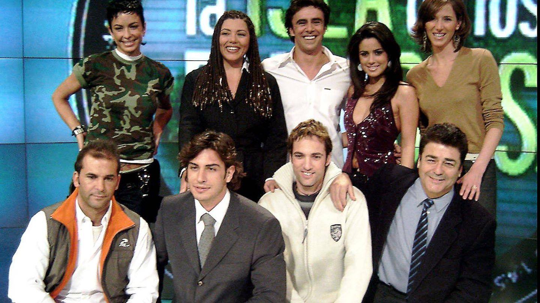 Alonso Caparrós con los concursantes de 'La isla de los famosos'. (Gtres)