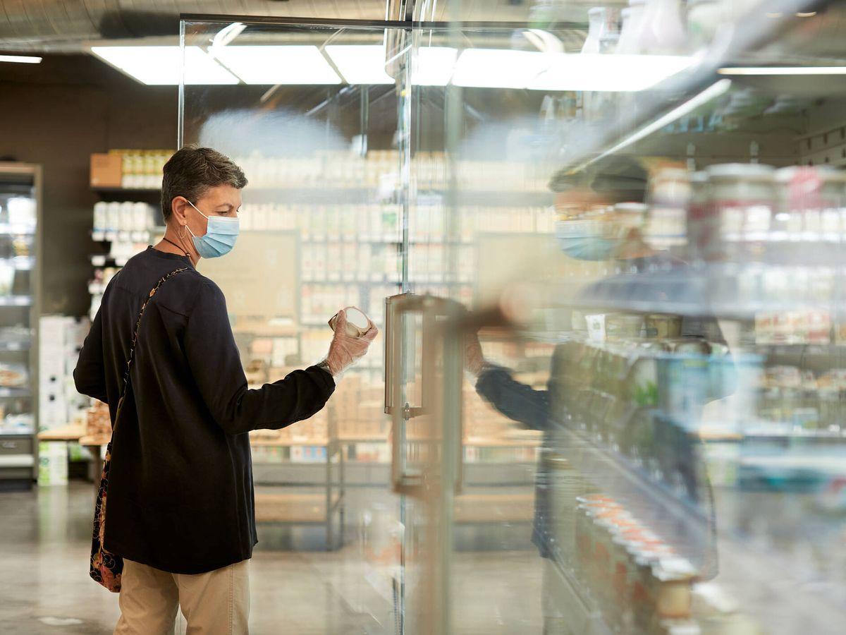 Foto: Una mujer compra helados en el supermercado. (iStock)