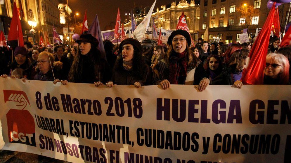 Foto: Cortejo de CGT encabezado por una pancarta en la que se reivindican los cuatro ejes que tuvo la huelga: laboral, estudiantil, de cuidados y de consumo. (EFE)