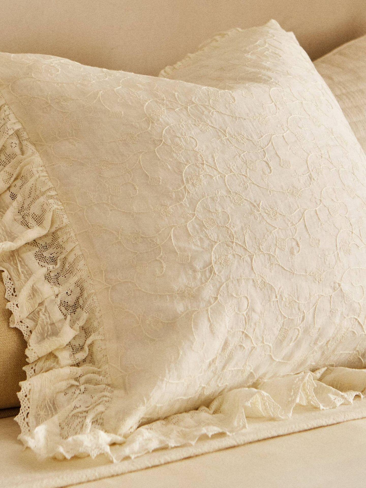 Zara Home nos invita a llenar de bordados nuestro dormitorio. (Cortesía)