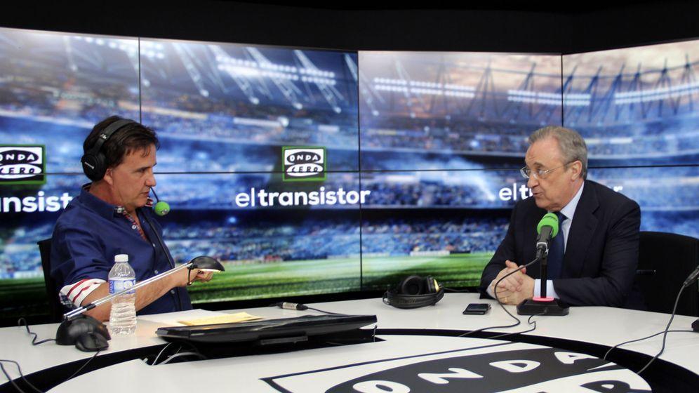 Foto: Fotografía facilitada por Atresmedia Radio del presidente del Real Madrid, Florentino Pérez, y el periodista José Ramón de la Morena. (EFE)