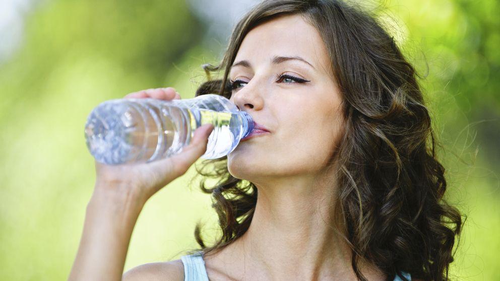 Los graves problemas que causa beber más agua de la cuenta
