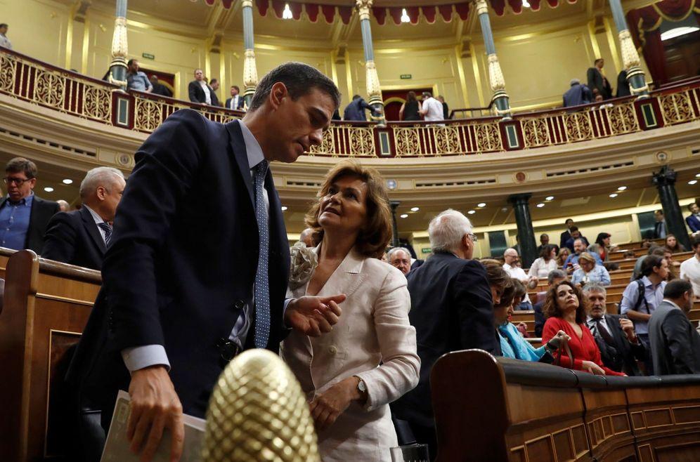 Foto: Pedro Sánchez, junto con la vicepresidenta, Carmen Calvo, este 23 de julio en el Congreso, tras la votación. (EFE)