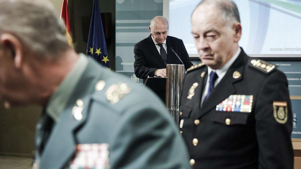 Foto: El ministro del Interior, Jorge Fernández Díaz (c), y los directores adjuntos operativos de la Guardia Civil y la Policía Nacional. (EFE)