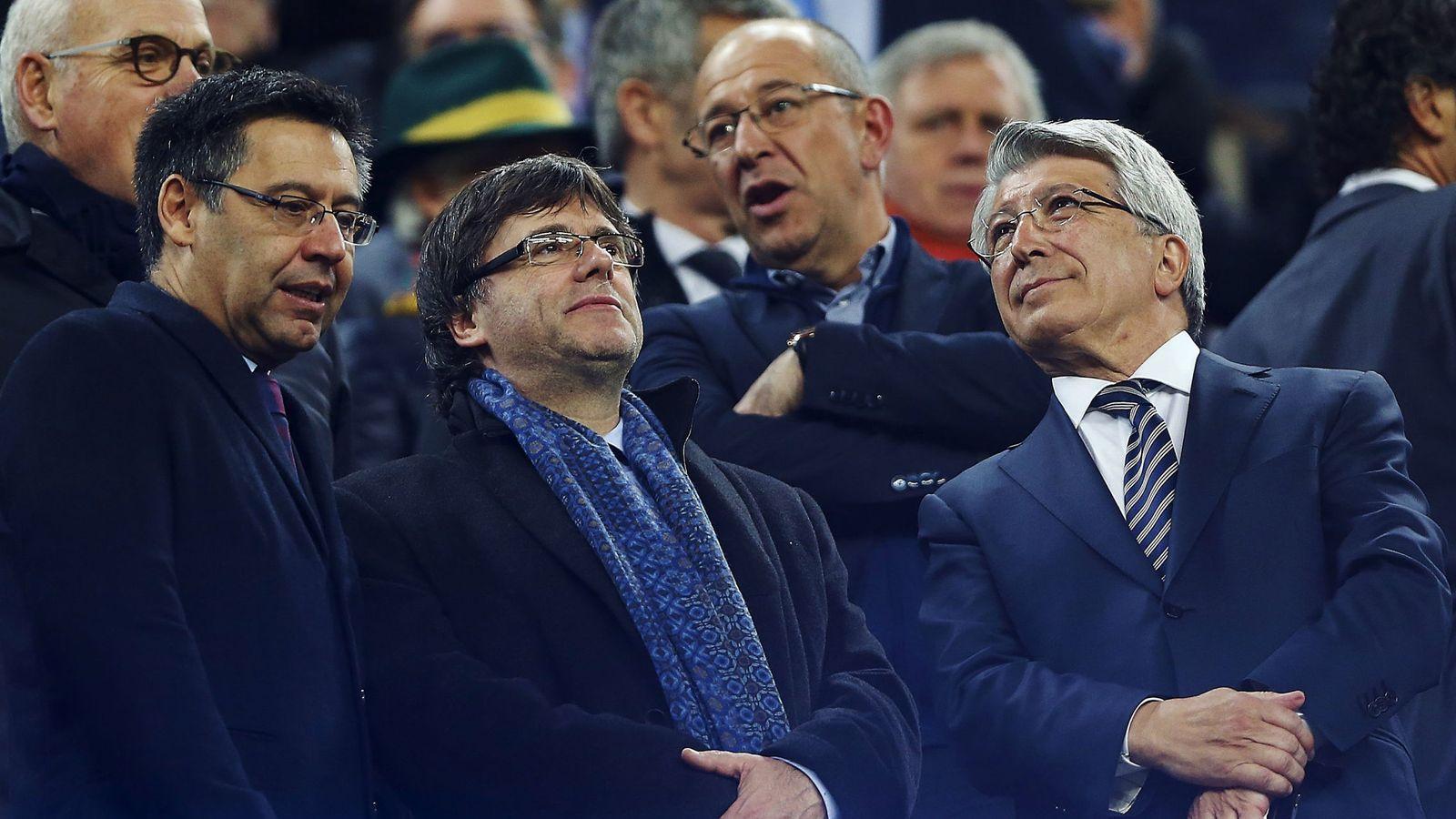 Foto: El presidente de la Generalitat, Carles Puigdemont, entre Bartomeu y Cerezo, en el palco del Camp Nou. (EFE/Alejandro García)