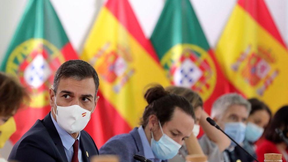 Foto: El presidente del Gobierno, Pedro Sánchez (i) y el vicepresidente, Pablo Iglesias (d), el pasado fin de semana en la XXXI Cumbre Ibérica. (EFE)