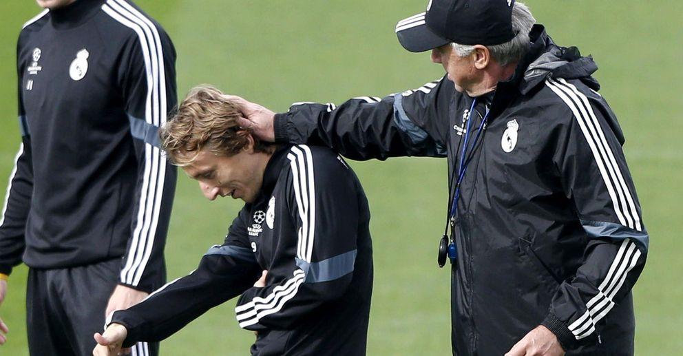 Foto: Carlo Ancelotti bromea con Luka Modric durante un entrenamiento con el Real Madrid.