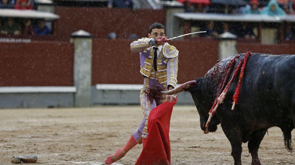 Foto: Paco Ureña, entrando a matar en su primer toro en una plaza llena de barro (Efe).