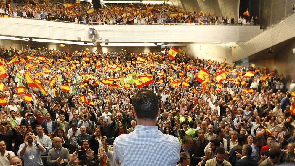 Foto: El líder de Vox, Santiago Abascal (de espaldas), durante un acto de campaña de las elecciones generales en Sevilla. (EFE)