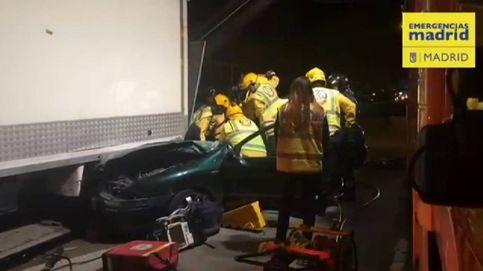 Aparatoso accidente de un vehículo que se ha empotrado en la parte trasera de un camión