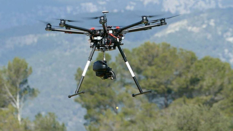 Uno de los drones de CO2 Revolution, en tareas de reforestación. (EFE)