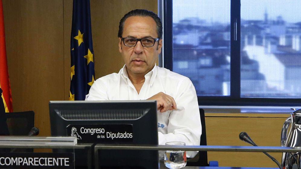 Foto: Álvaro Pérez, 'El Bigotes', en la comisión sobre la presunta financiación ilegal del PP. (EFE)
