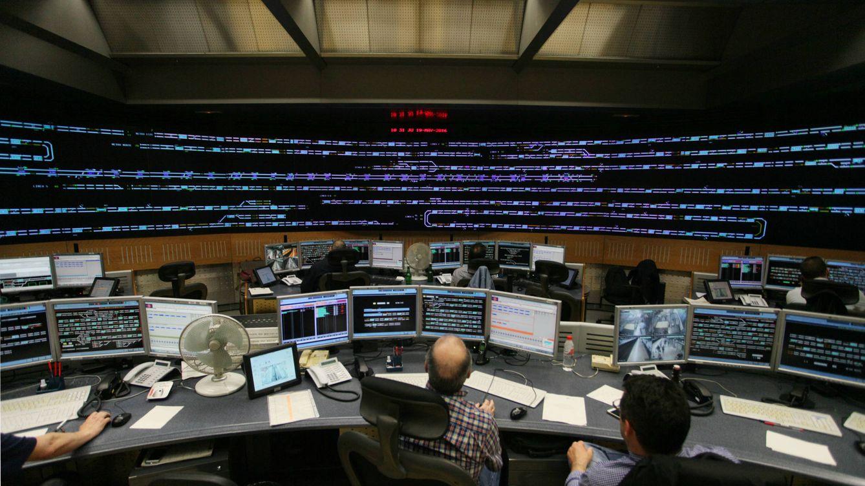 Foto: Puesto de control de Alto del Arenal, el 'cerebro' de Metro de Madrid. (Enrique Villarino)