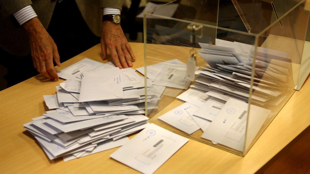 Foto: Recuento electoral de votos para las elecciones en Galicia (EFE)