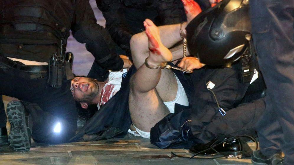 Foto: La policía israelí detiene al sospechoso del tiroteo. (Reuters)