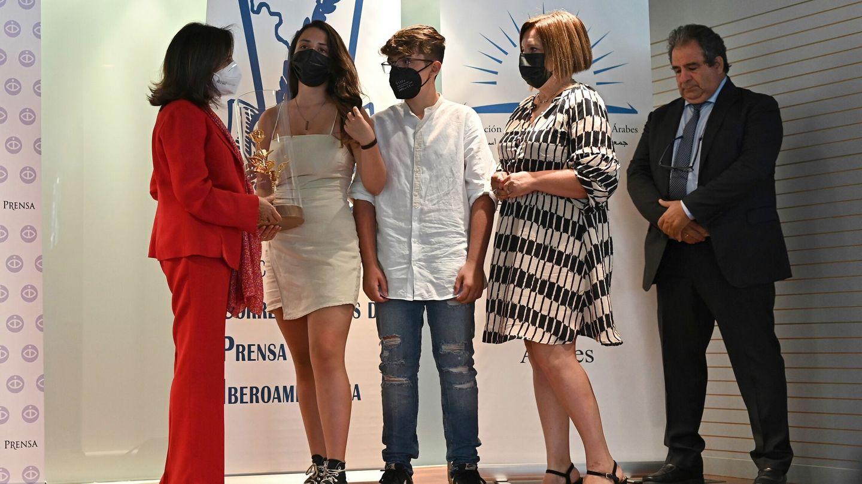 """La ministra de Defensa, Margarita Robles (i), entrega la """"Rosa de oro"""" de Degussa a la familia de David Beriain. (EFE)"""