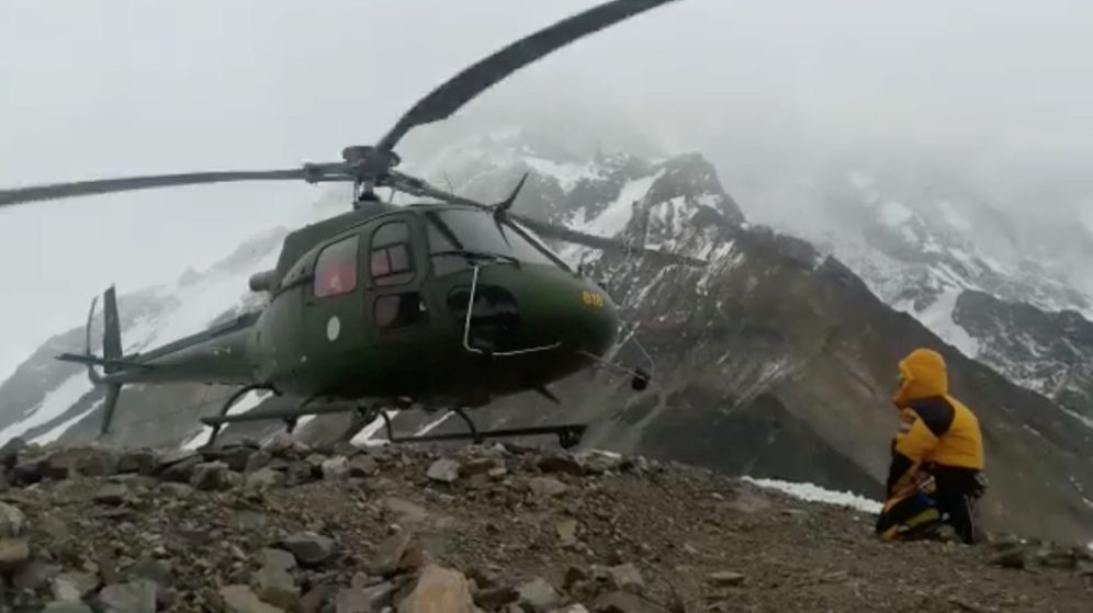 Foto: Un helicóptero de rescate en el Himalaya. (Efe)
