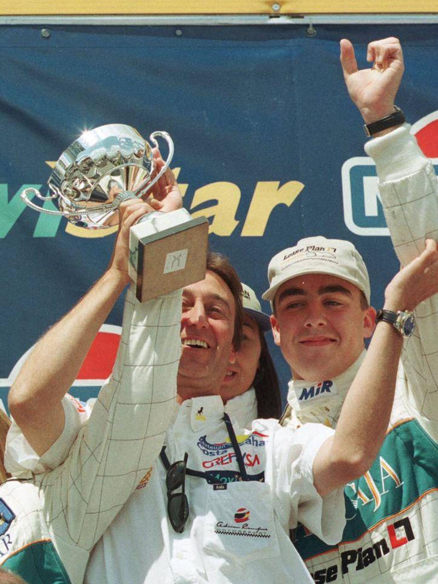 Antonio García (izq), Adrián Campos y Fernando Alonso (dcha).
