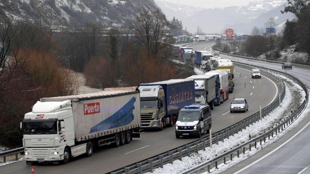 Resultado de imagen de la nieve obliga a cerrar la ap 6 camiones