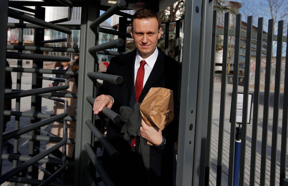 Foto: Alexei Navalny a su salida del Tribunal Europeo de Derechos Humanos tras una audiencia sobre su caso, en Estrasburgo. (Reuters)