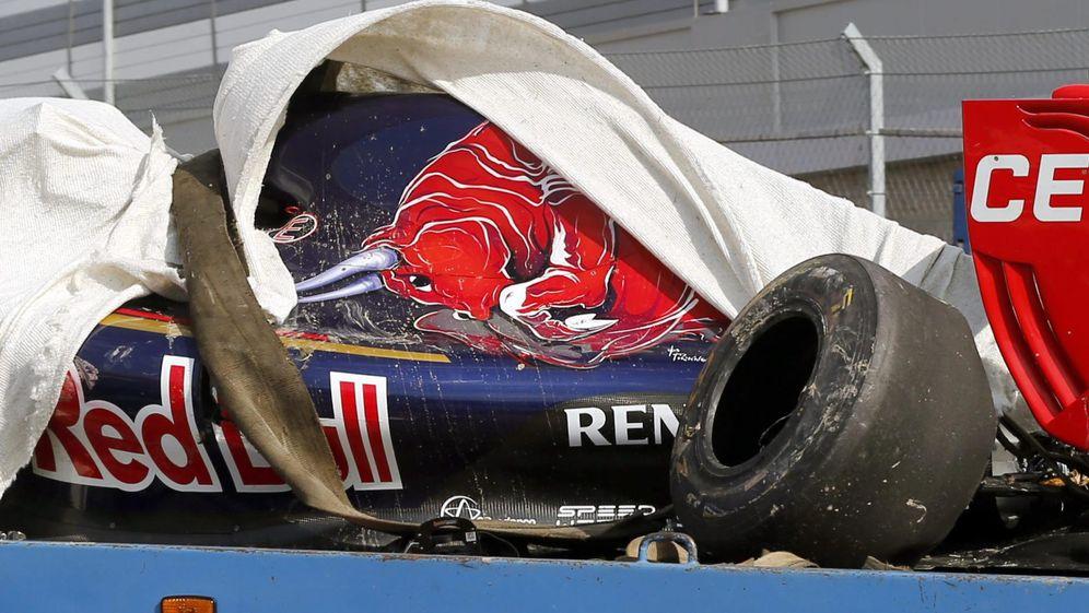Foto: Imagen del coche tras el violento accidente sufrido por Carlos Sainz (EFE)