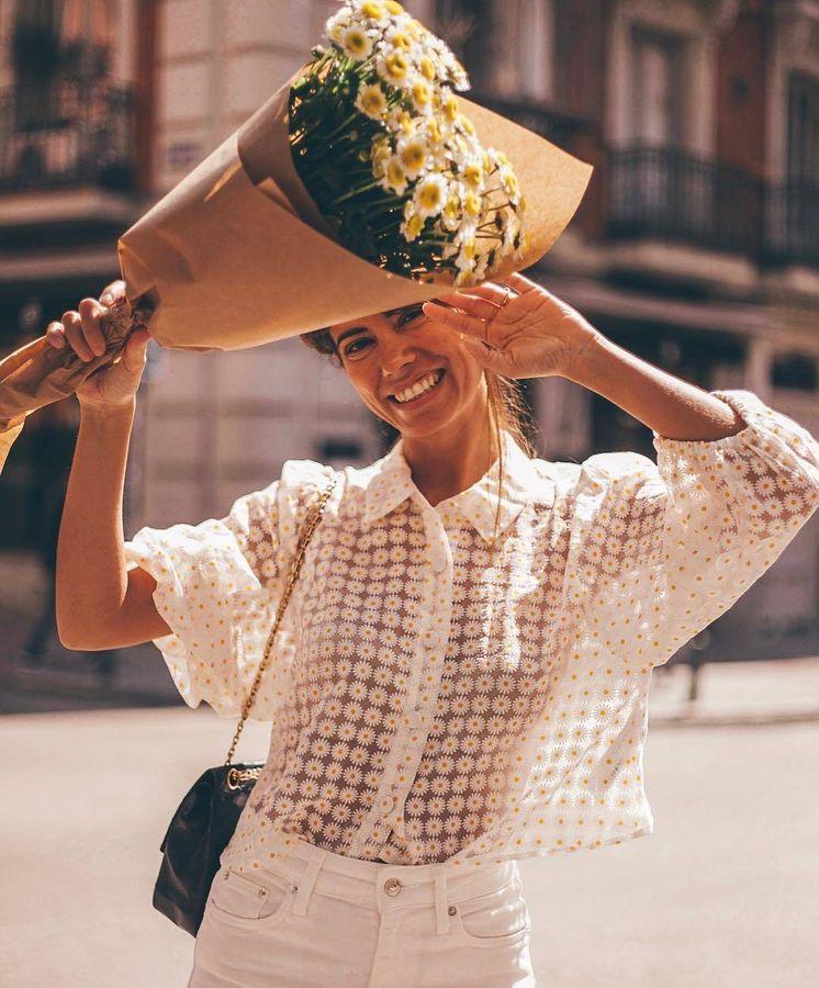 Foto: La influencer Sheila Conde con ramo y camisa de margaritas. (Instagram)
