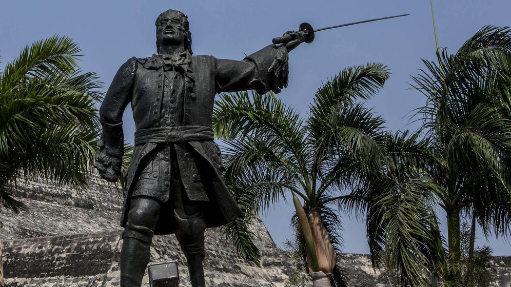 Foto: Estatua de Blas de Lezo frente al Castillo de San Felipe en Cartagena. (Joaquín Sarmiento/FNPI)