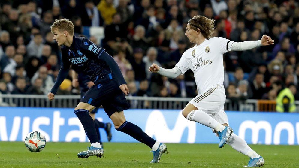 Foto: Odegaard y Modric, durante el partido de LaLiga entre el Real Madrid y la Real Sociedad. (EFE)