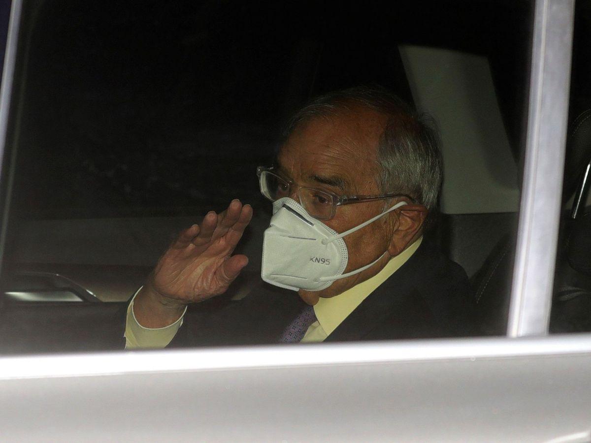 Foto: El exministro del Interior Rodolfo Martín Villa a su salida este jueves de la Embajada Argentina en Madrid. (EFE)