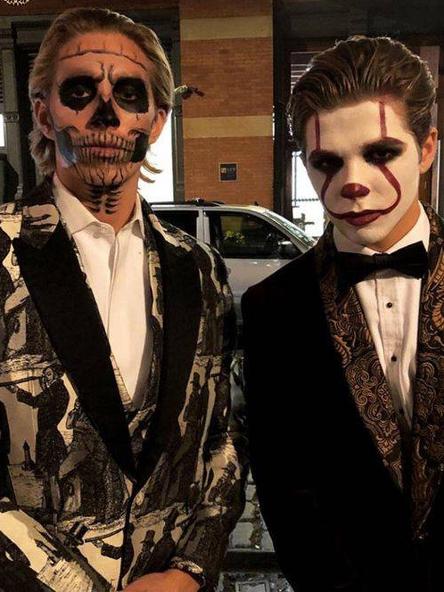 Achileas y Constantine, disfrazados.(Instagram)