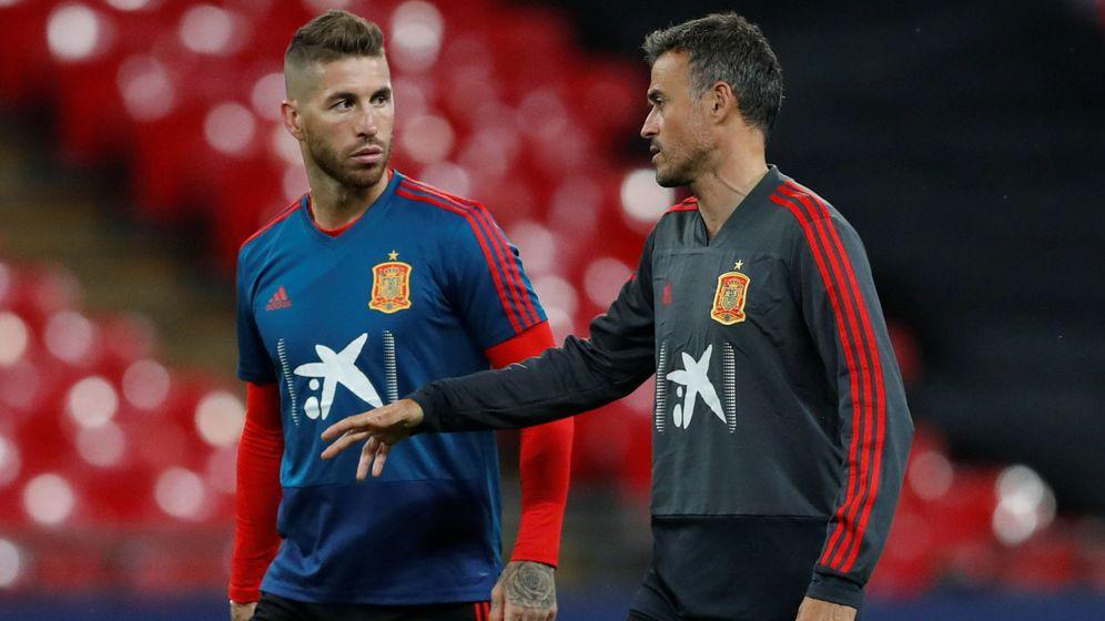 Foto: Sergio Ramos y Luis Enrique conversan antes de un partido. (Reuters)