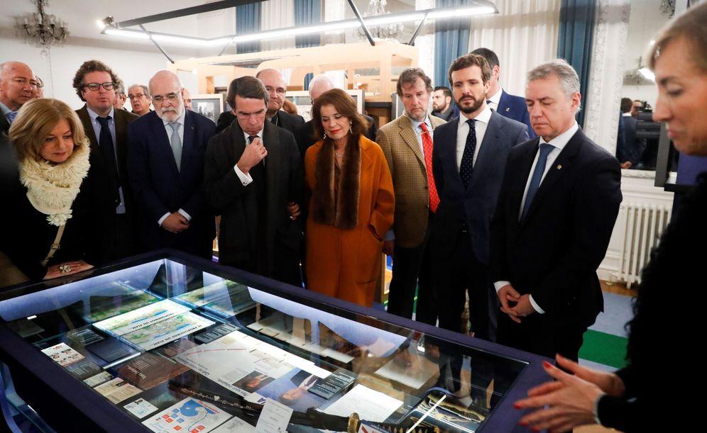 Foto: Iribar (derecha) da cuenta del contenido de la exposición ante Urkullu, Casado y Aznar, entre otros, este jueves en el Palacio Miramar de San Sebastián. (EFE)