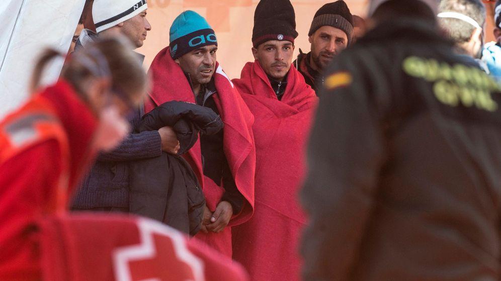 Foto: Varios inmigrantes argelinos rescatados en aguas de Cartagena. (EFE)