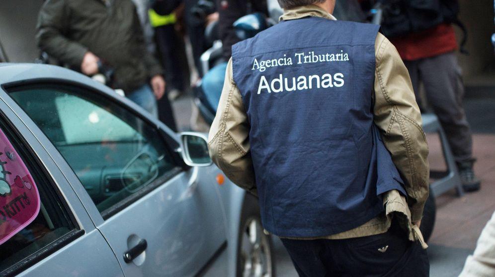 Foto: Agentes de Aduanas registran el domicilio de Rodrigo Rato. (P. López Learte)