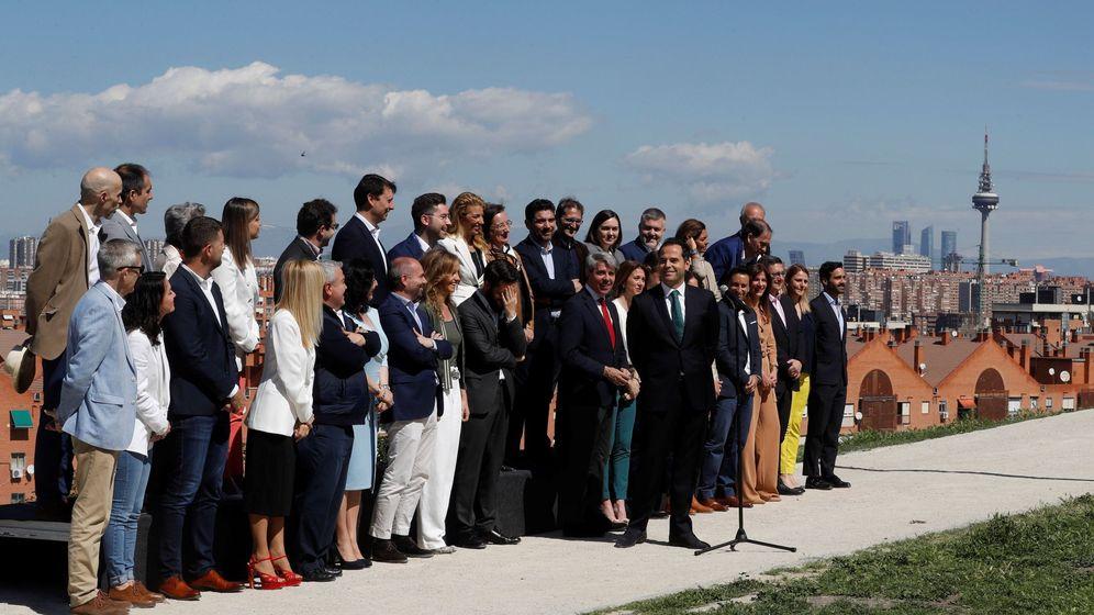Foto: Ignacio Aguado, con los miembros de su candidatura. (EFE)