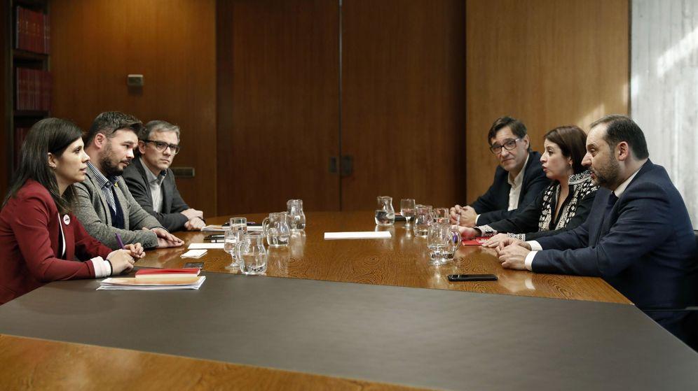 Foto: Los equipos negociadores de PSOE, derecha, y ERC, en Barcelona. (EFE)