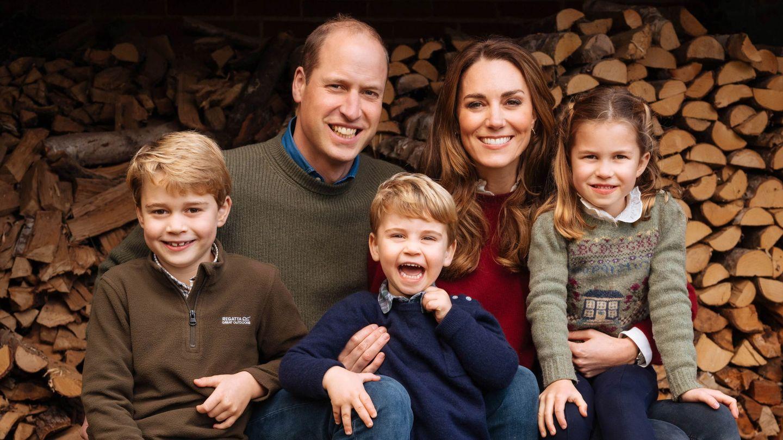 Los duques de Cambridge y sus hijos, George, Charlotte y Louis, en un posado familiar. (EFE)