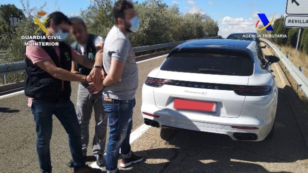 Foto: Uno de los detenidos, junto a un vehículo de alta gama. (Guardia Civil)
