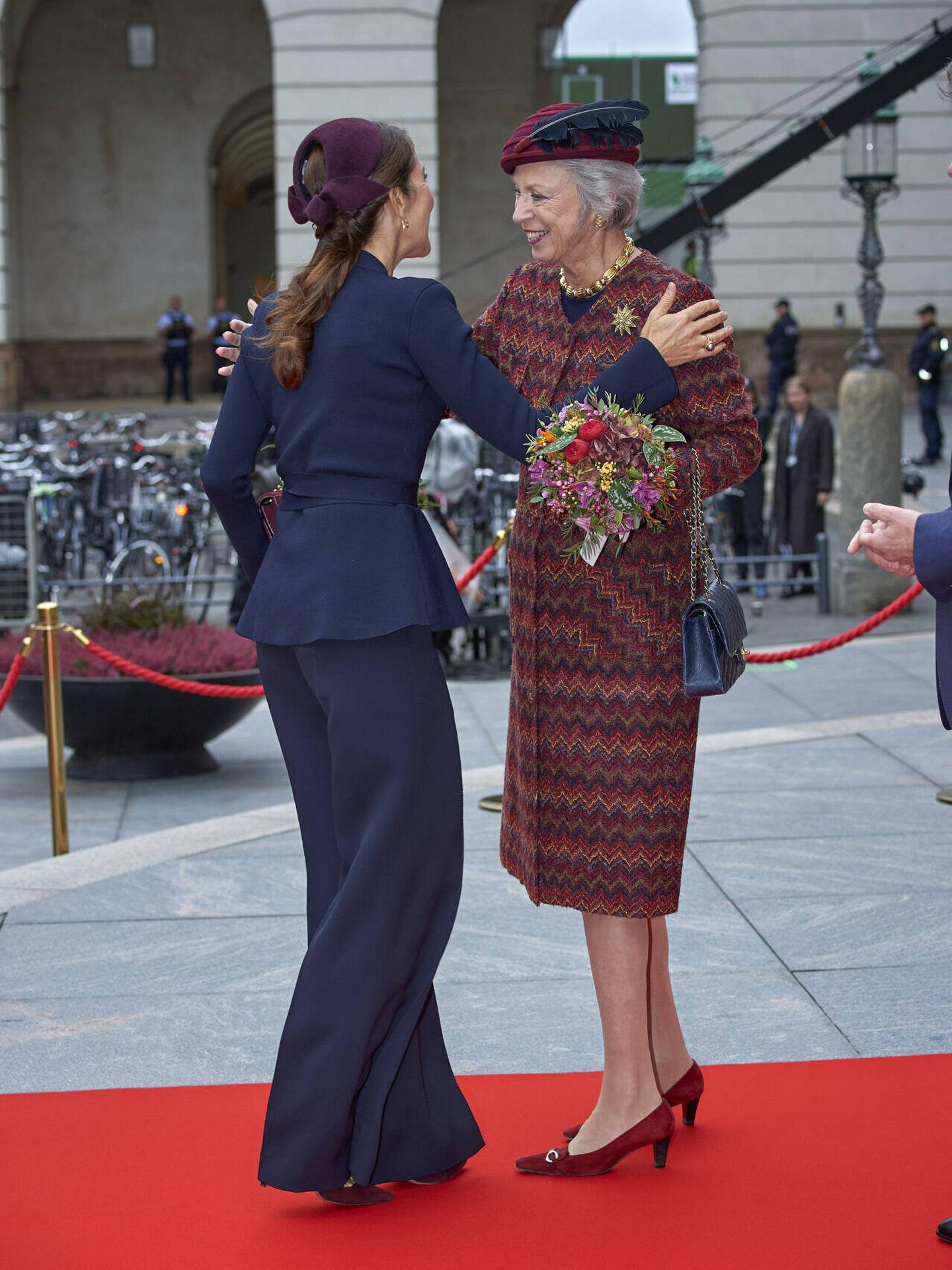Mary, saludando a la princesa Benedicta. (Gtres)