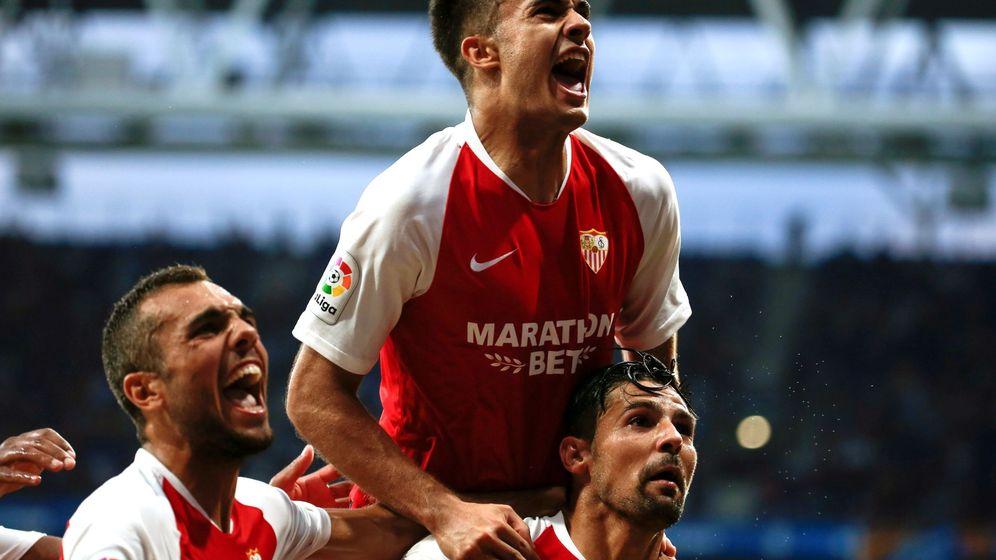Foto: Reguilón celebra un gol, de Nolito con la camiseta del Sevilla. (EFE)