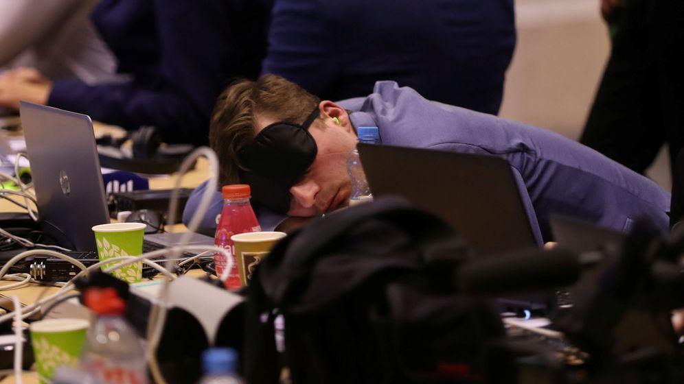 Foto: Un corresponsal duerme durante una cumbre en julio de 2019. (Reuters)