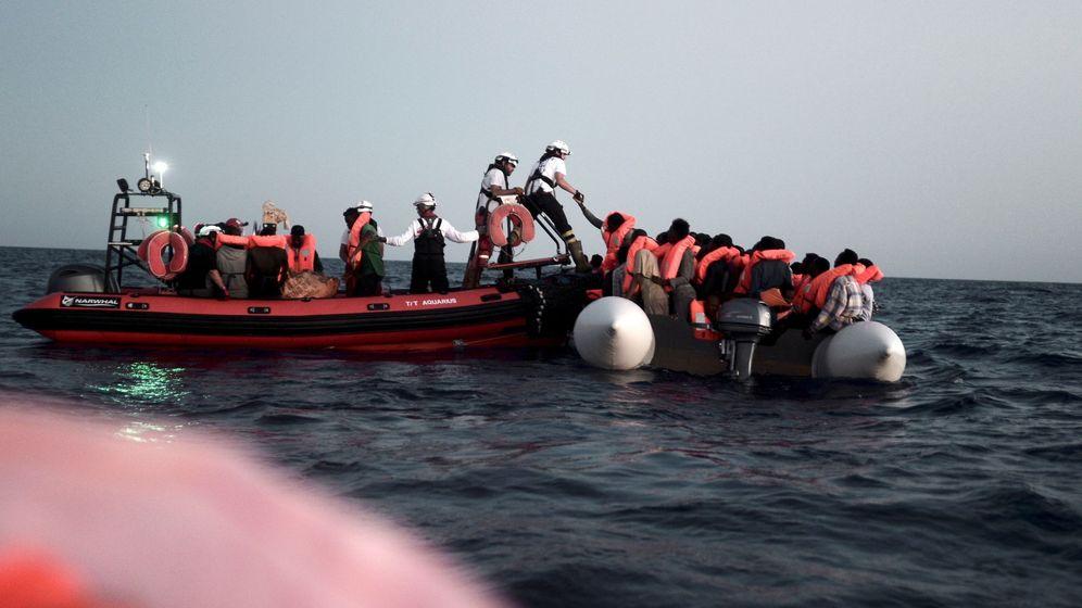Foto: Rescate en alta mar, en la madrugada del domingo 10 de junio de varius inmigrantes que fueron trasladados al Aquarius. (EFE)