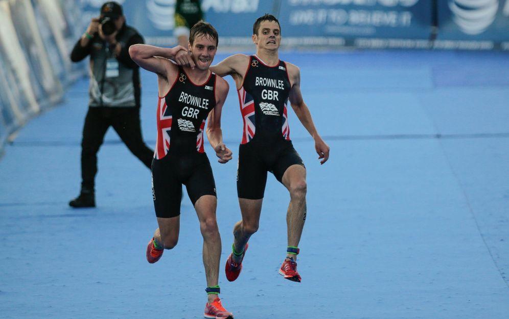 Foto: Alistair Brownlee (i), de Reino Unido, ayuda a su hermano Jonathan Brownlee (d) a terminar la carrera. (EFE)
