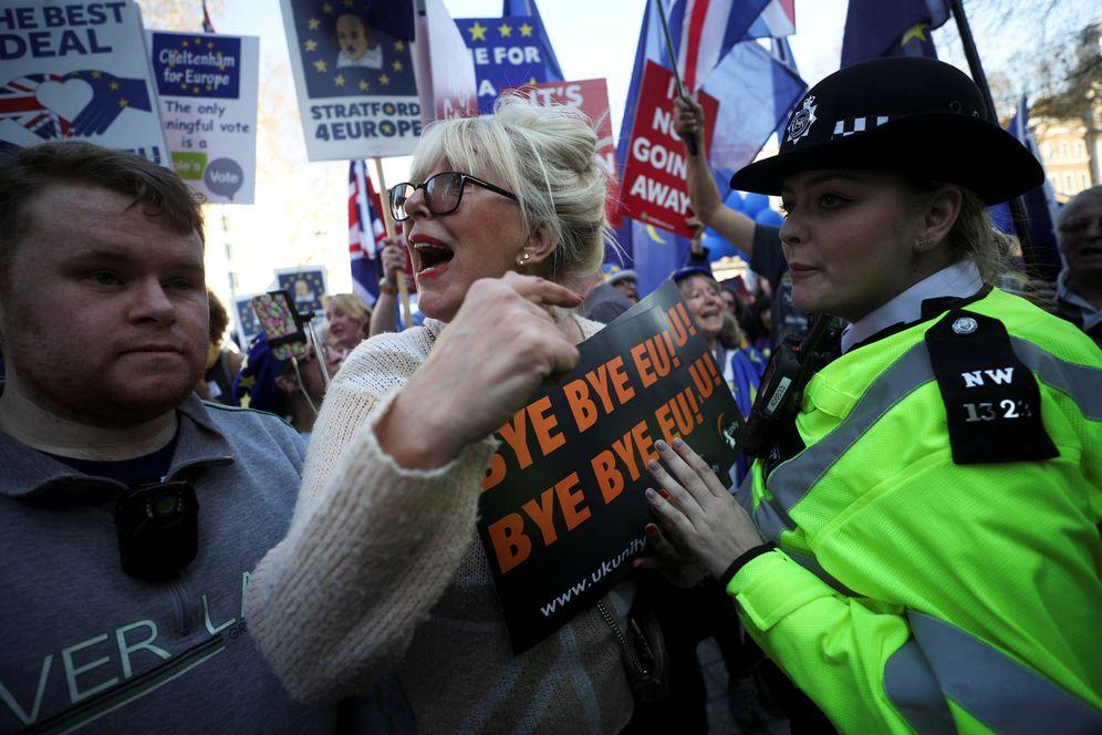 Foto: Una manifestante a favor del Brexit se enfrenta a una agente de policía ante Downing Street, en Londres. (Reuters)