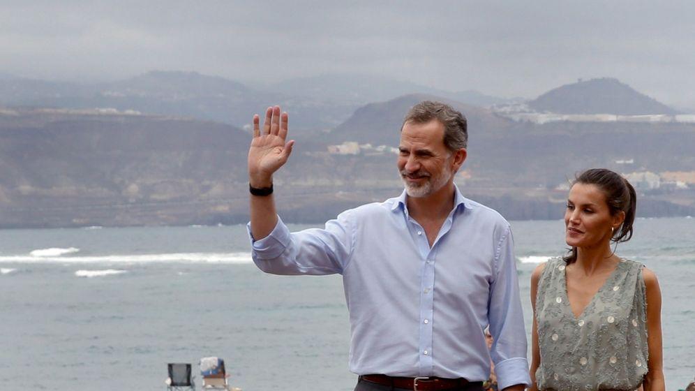 Foto: El rey Felipe VI y la reina Letizia, en el paseo marítimo de la playa de Las Canteras en su visita a las Palmas de Gran Canaria. (EFE)