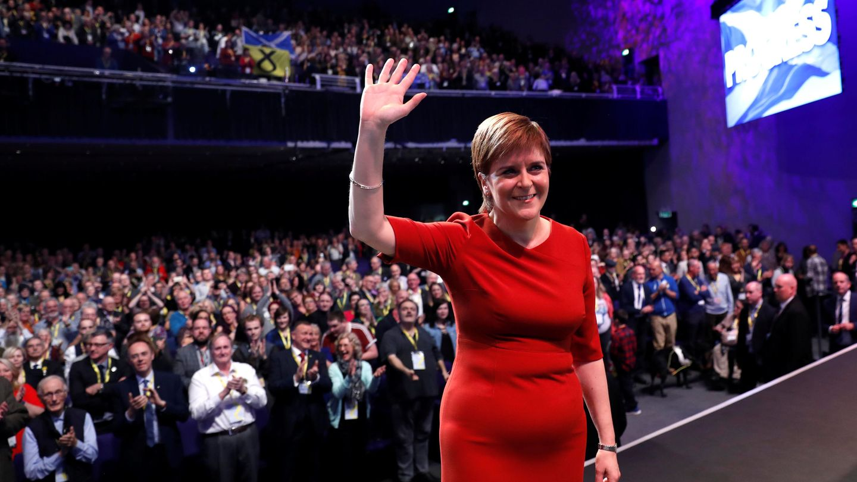 Nicola Sturgeon saluda justo antes de su intervención en el Congreso del SNP. (Reuters)