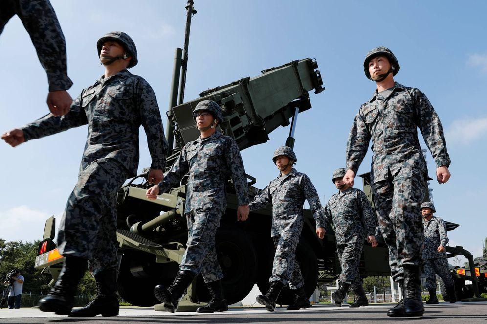 Foto: Soldados de las Fuerzas de Autodefensa de Japón pasan ante un misil Patriot Advanced Capability-3 en el Ministerio de Defensa, en Tokio. (Reuters)