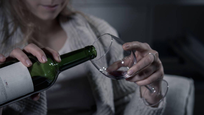 Foto: Beber solo en casa y para olvidarte de todo, algo cada vez más frecuente. (iStock)
