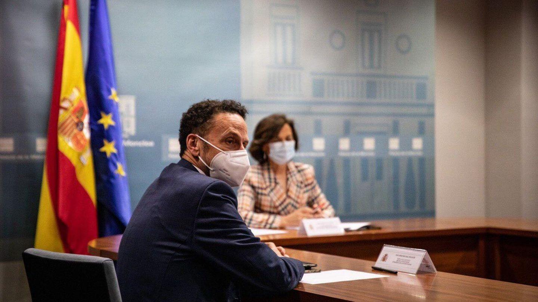 El portavoz adjunto de Ciudadanos en el Congreso, Edmundo Bal, y la vicepresidenta primera, Carmen Calvo, el pasado 12 de junio durante su reunión en la Moncloa. (EFE)